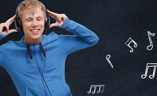 音楽を楽しむ男性