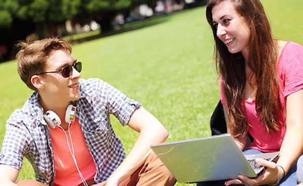 会話する男子と女子