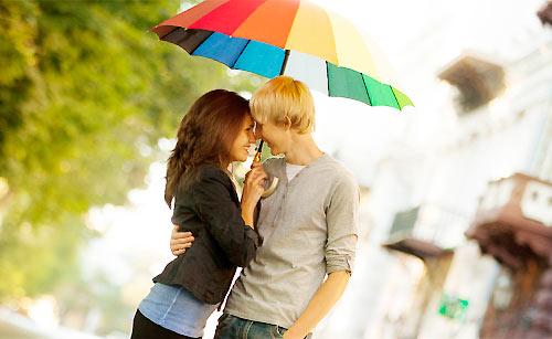 相合傘をする男性と女性