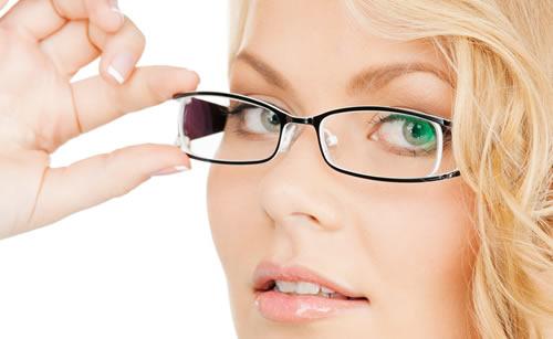 メガネが似合う女性