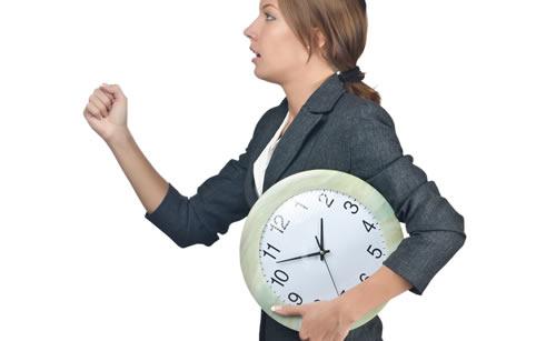 時計を抱えて走るドジな女性