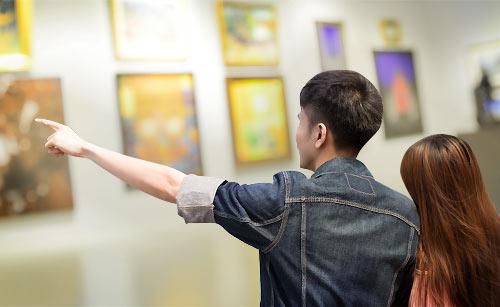 美術館でデートするカップル