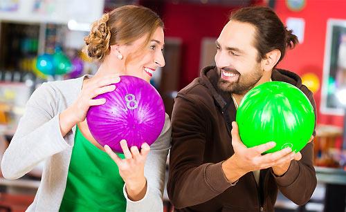 ボウリングを楽しむカップル