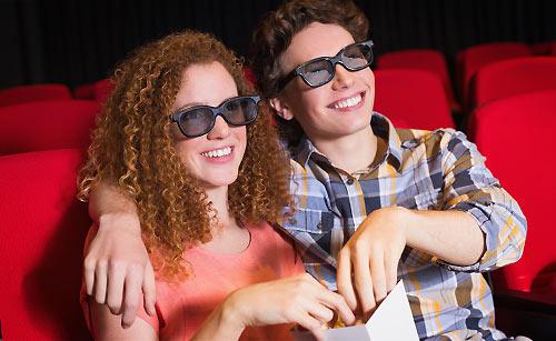 映画館でデートを楽しむカップル