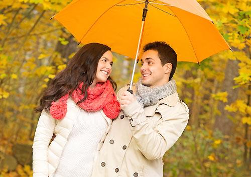 距離が近い相合傘のカップル