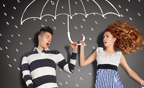 服が雨で汚れ好きな人の傘に入る女子