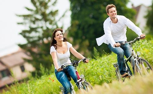 自転車でサイクリングするカップル