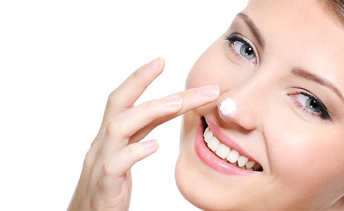 鼻に化粧クリームをつける女性