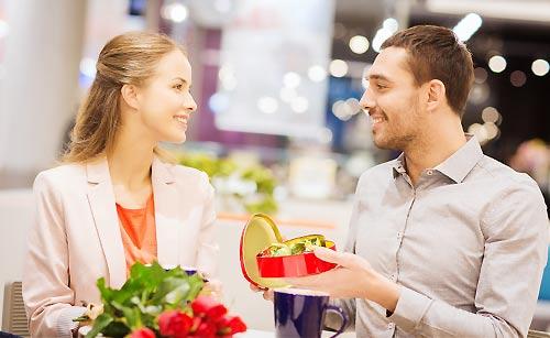 好きな女性にプレゼントを贈る男性