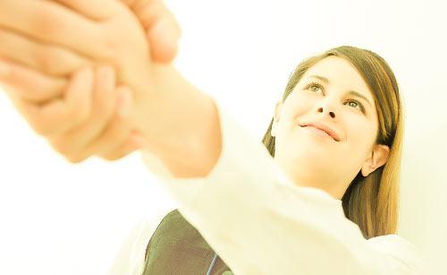 差し出された男性の手を握る女性