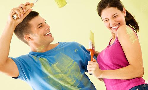 ペイントしながら笑いあうカップル