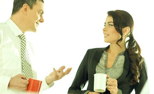 女性に話かける男性