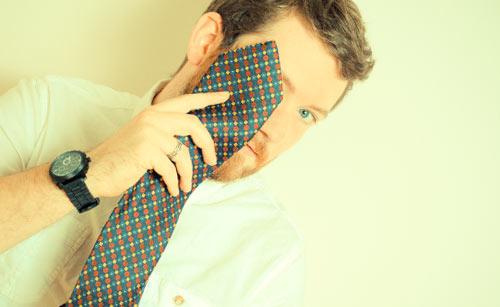 ネクタイで顔隠す男性