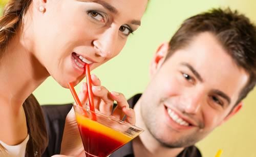 可愛らしい飲み物を飲む女性