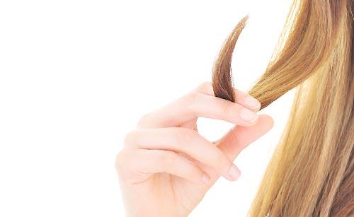 髪の毛を触る手