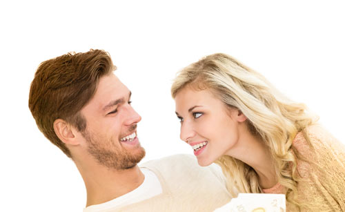 笑顔で男性に声を掛ける女性