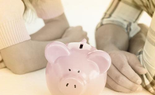 カップルと豚の貯金箱