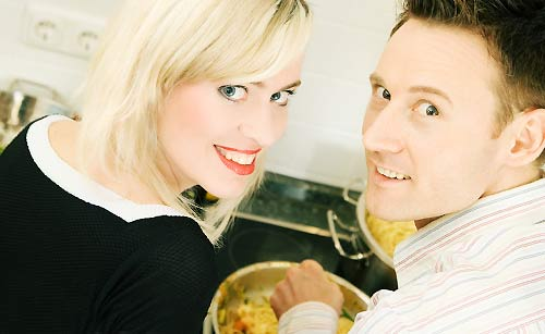 協力して料理をするカップル