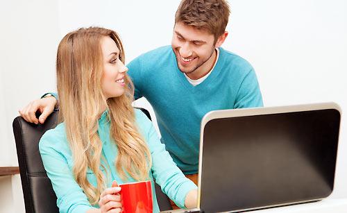パソコンを教える男性