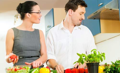 彼氏の料理をフォローする女性