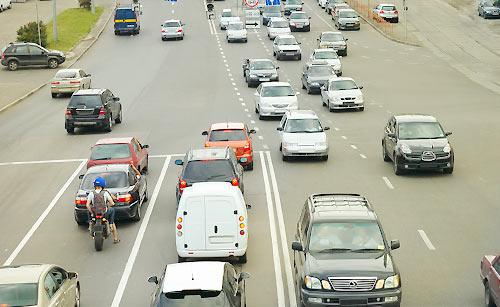 車で渋滞する道路