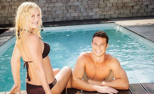 屋内プールを楽しむカップル