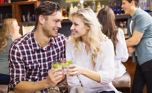 酒場でデートをするカップル