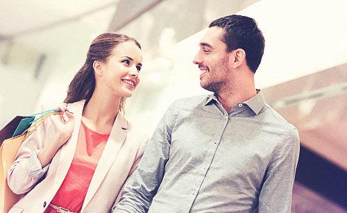 笑顔で会話するカップル