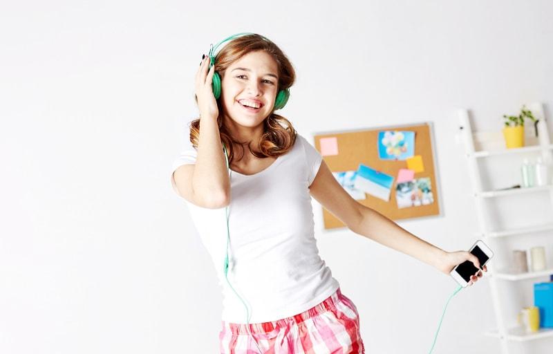朝に音楽を聴く女性