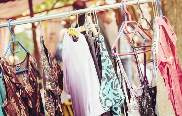 フリマで売られている服