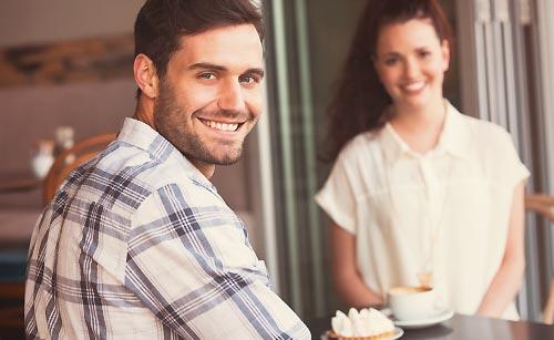 微笑むカップル