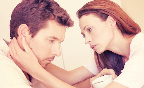 彼氏を慰める女性