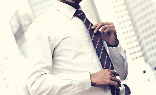 ネクタイをつけた男性