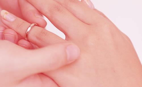 スッキリした手の甲の女性