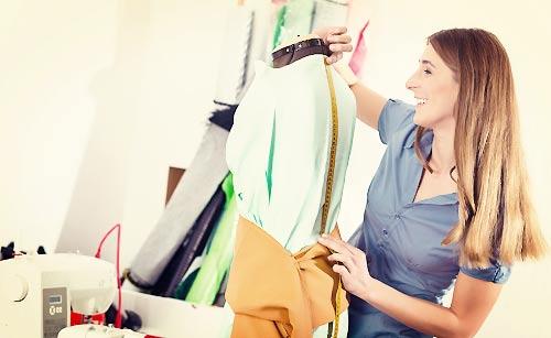 ファッションの研究をする女性