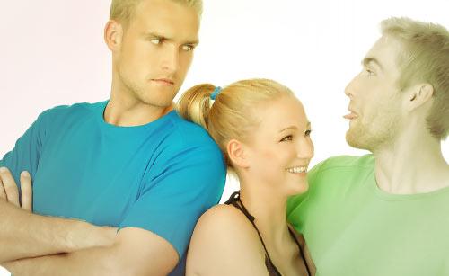 抱き合うカップルと怒る男性