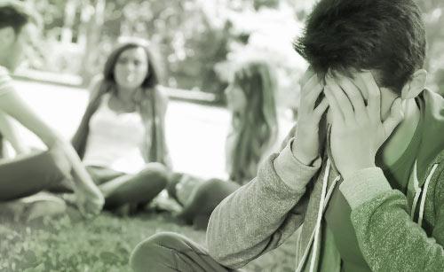 座りながら絶望する男性