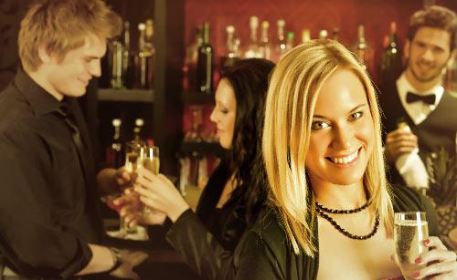 笑顔でワイングラスを持つ女性