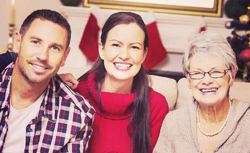 彼女と母親とソファーに座る男性