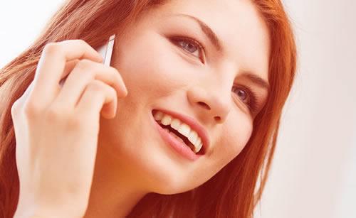 電話をするモデルの女性