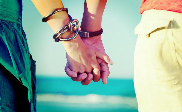 デート中に手をつなぐ「ポイント」&「自然に結ぶ」方法!