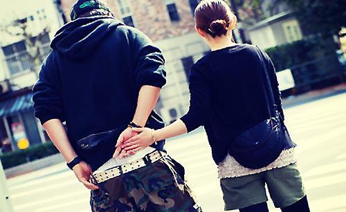 手を繋ごうとするカップル