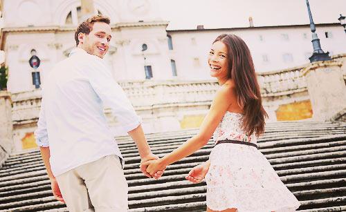 デート中に手をつなぐカップル