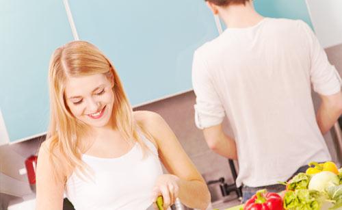 二人で料理をするカップル