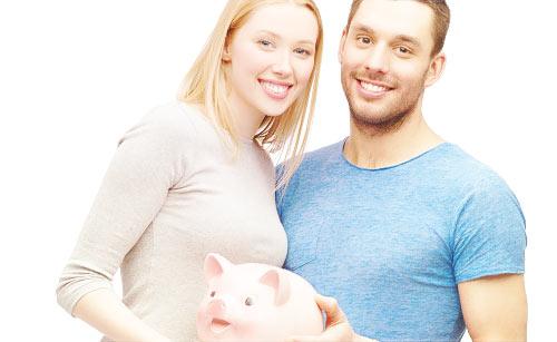 貯金箱を持つカップル