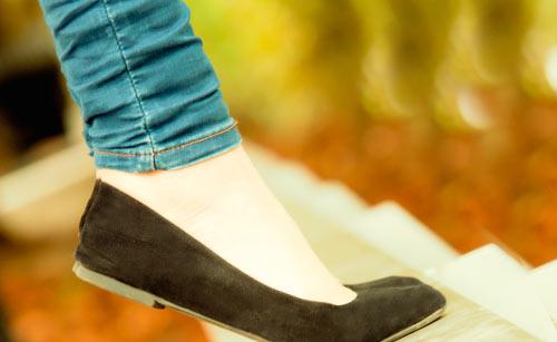 つま先立ちをする女性の足