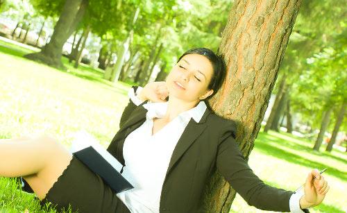 仕事の休憩中に伸びる女性
