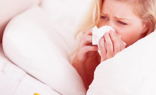 風邪で鼻水が止まらない女性