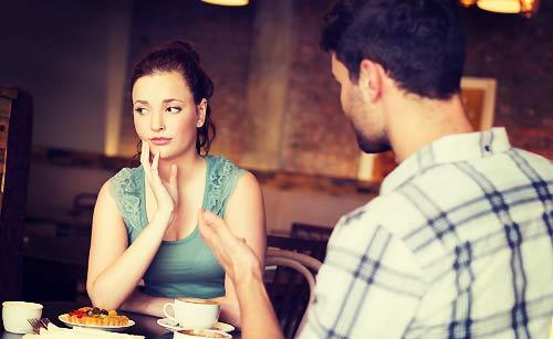 デート中に悩む女性