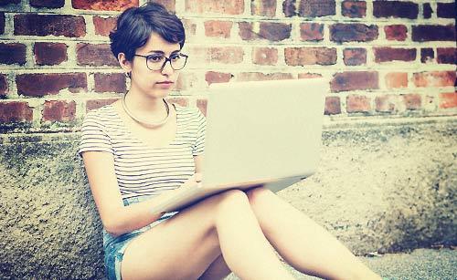 ノートパソコンで調べ物をする女性